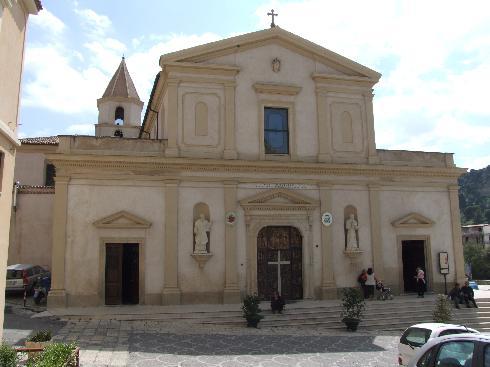 La facciata principale della cattedrale di  Maria Santissima  Annunziata  a Tursi