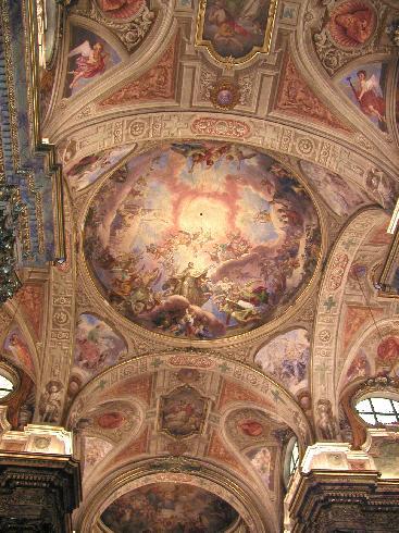 La volta affrescata della navata centrale