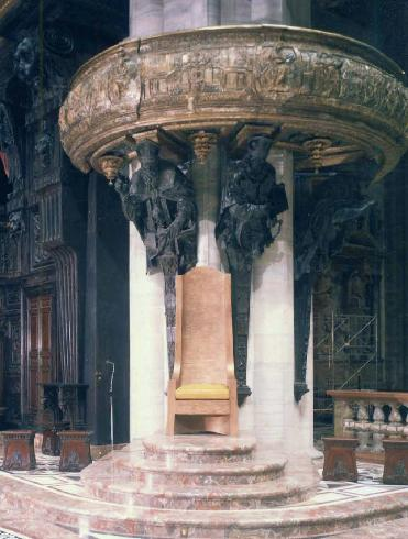 La cattedra posta sotto il pulpito meridionale