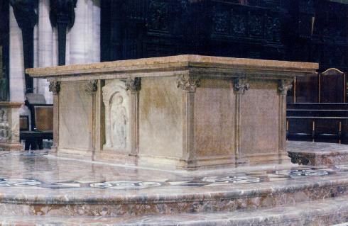 In primo piano l'ambone dello scultore Mario Rudelli