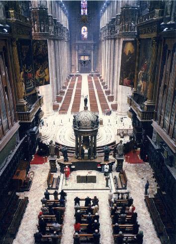 Vista dall'alto dall'abside verso la cappella feriale e la navata centrale