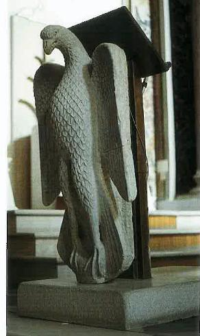 Ambone realizzato mediante un leggio bronzeo addossato all'antica aquila marmorea