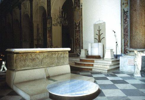 Scorcio del presbiterio sistemato su progetto di Donatella Mazzoleni (1994)