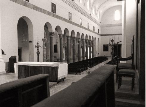 Scorcio del presbiterio con a destra la cattedra episcopale