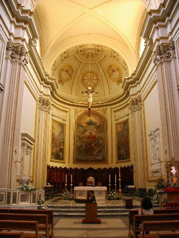 L'area presbiterale dalla navata centrale