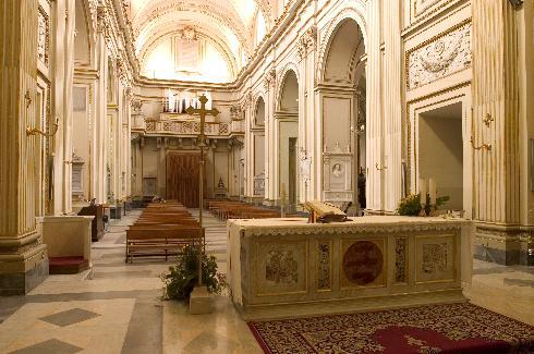 La navata centrale dall'altare