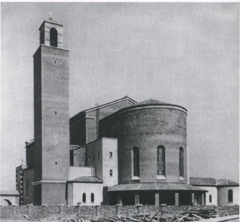 """Veduta esterna dell'abside (da G. Bellonei. La chiesa di Littoria  e le tendenze dell'architettura moderna. in """"Arte Sacra"""". 3. 1933. (t.f.t.))"""