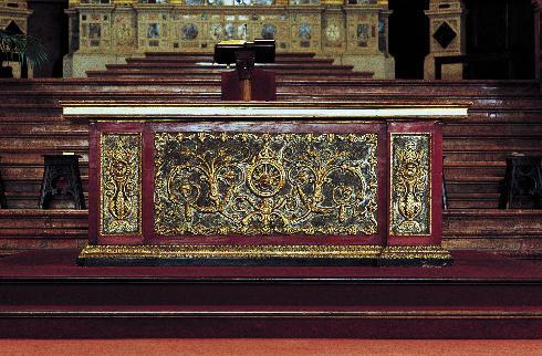 L'altare con il paliotto proveniente da una chiesa veronese