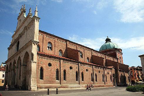 Vista d'angolo della cattedrale di Santa  Maria Annunziata a  Vicenza