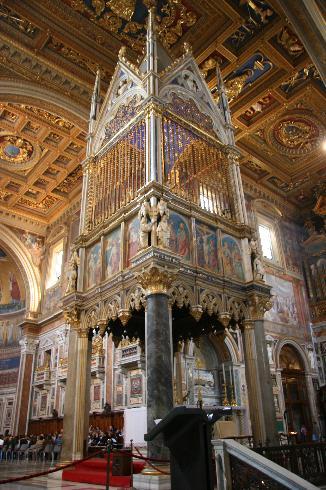L'altare e il ciborio