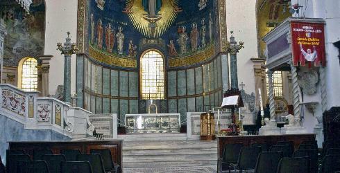 Il presbiterio nell'articolazione successiva agli interventi parziali realizati nel corso del restauro fra il 1930 e il 1996: altare completato nel 1996; ambone a destra dell'altare; cattedra episcopale proveniente dalla cattedrale di Cosenza addossata nel 1900 al pilastro destro della crociera