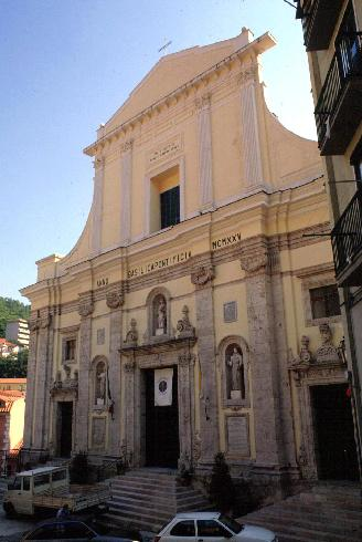La facciata principale  della Chiesa di Santa Maria della Pace a Campania