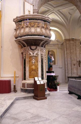 Scorcio del presbiterio con sistemazione provvisoria dell'altare e della cattedra episcopale collocati al termine del restauro completato nel 2000. Sulla parete il pregevole organo settecentesco