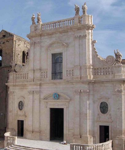 La facciata della cattedrale di Santa Maria Assunta a Castellaneta