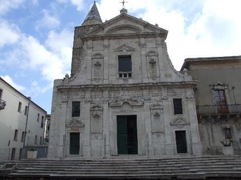 la facciata principale della cattedrale di Santa Maria Assunta a Melfi