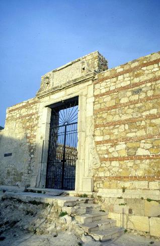 Il portale d'ingresso della cattedrale dedicata a Sant'Erberto,  distrutta dal terremoto del 1980
