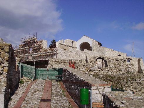 Veduta d'insieme della cattedrale dedicata a Sant'Erberto,  distrutta dal terremoto del 1980