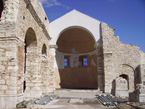 L'area presbiteriale della cattedrale dedicata a Sant'Erberto,  distrutta dal terremoto del 1980