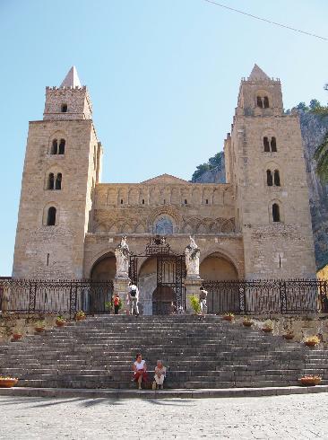 La facciata della cattedrale del  Santissimo  Salvatore a Cefalu'