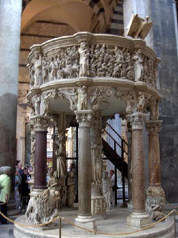 Il pulpito, opera di  G. Pisano,  1301 - 1310.