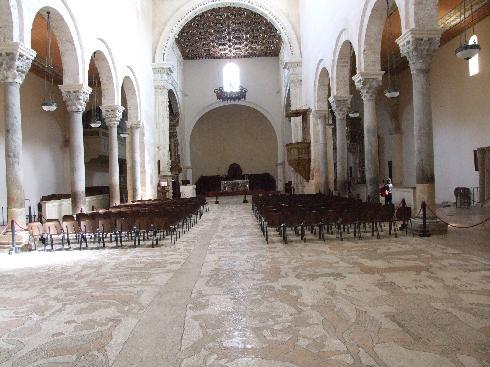 Veduta dell'aula dall'ingresso. In primo piano il pavimento musivo del 1163 - 1165, dove è raffigurato l'albero della vita.