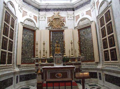 La cappella  ottagonale dei Martiri; ogni lato è coperto da teche che racchiudono le ossa degli ottocento martiri dell'eccidio del 1480 da parte dei Turchi conquistatori