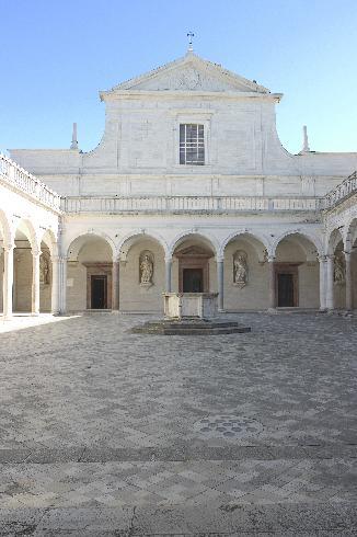 La facciata principale della cattedrale di San Benedetto