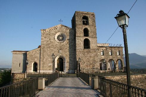 La facciata principale della cattedrale di San Bartolomeo Apostolo
