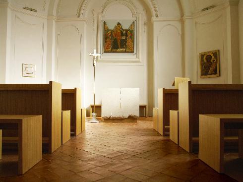La cappella feriale con la custodia eucaristica