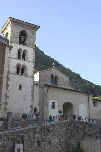 La facciata principale della cattedrale della Beata Vergine Maria Assunta