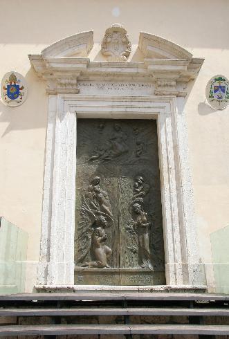 Il portale di ingresso alla cattedrale dall'episcopio