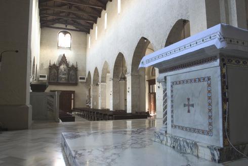 L'area presbiterale prima dell'adeguamento (foto tratta dal sito web della cattedrale)