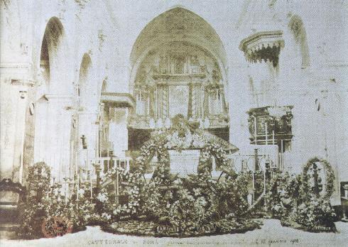 L'area presbiterale, giugno 1898. Funerali di donna Colomba Roccatani Boimond (in: A.Tanzilli, La cattedrale di Sora, Sora: Edigrafital, 1998, p. 12)