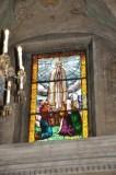 Albertella M. (1958), Vetrata raffigurante la Madonna di Fatima
