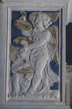 Agostino di Duccio (1449-1456), Bassorilievo angeli con piatti