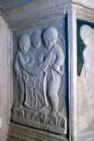 Agostino di Duccio (1454-1457), Tre putti con scudo inquartato