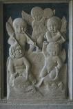 Agostino di Duccio (1454-1457), Due di cinque putti cavalcano gli otri