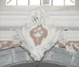 Ambito toscano sec. XVIII, Scultura con stemma con corona e fiori