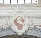 Ambito toscano sec. XVIII, Scultura con stemma con braccio e mazzo di fiori