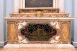 Maestranze laziali (1612), Paliotto in marmi policromi con grata centrale