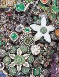 Bottega siciliana secc. XVI-XVII, Ex voto a spilla con smeraldi