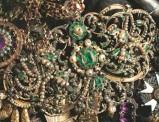 Bottega siciliana secc. XVII-XVIII, Ex voto a spilla in oro con perle e smeraldi