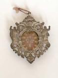 Bottega siciliana secc. XIX-XX, Reliquiario a medaglione con cornice figurata